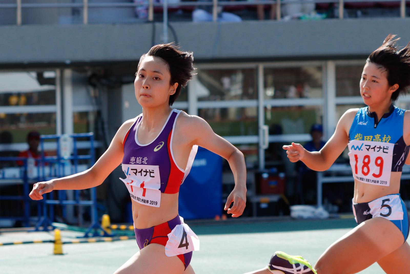 女子100メートルで連覇を達成した御家瀬(左)【写真:奥井隆史】