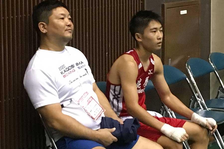 父親と共に決勝の相手の試合を見つめる荒竹一真【写真:角野敬介】