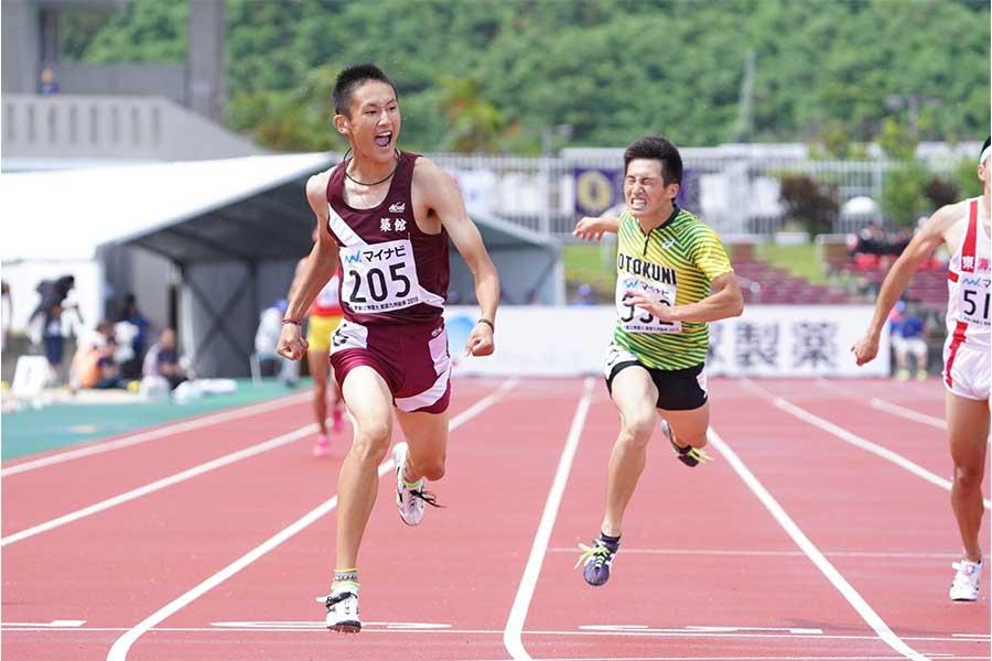 男子100、200メートルで2冠を達成した鵜澤飛羽(左)【写真:荒川祐史】