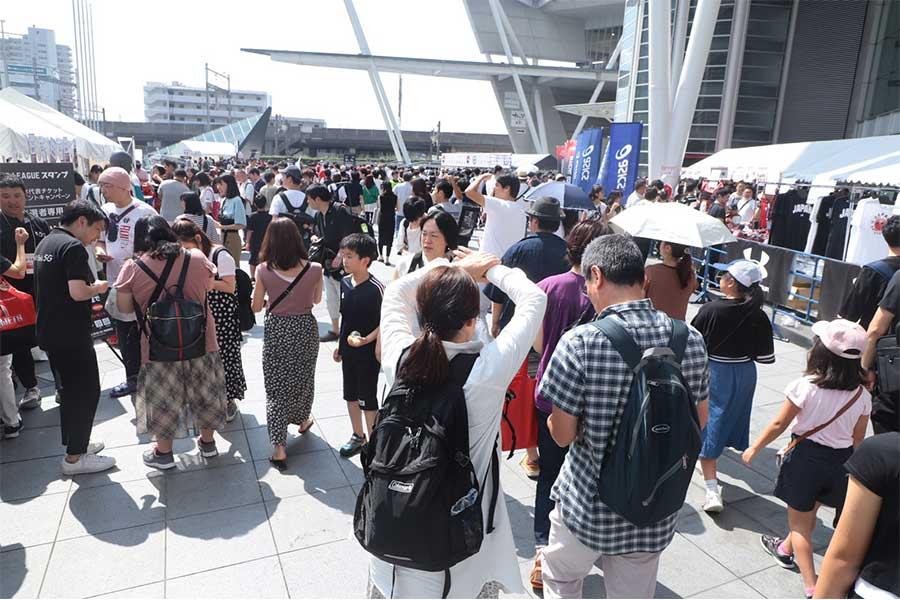 さいたまスーパーアリーナ入場口には、約800人のファンが長蛇の列を作った【写真:荒川祐史】