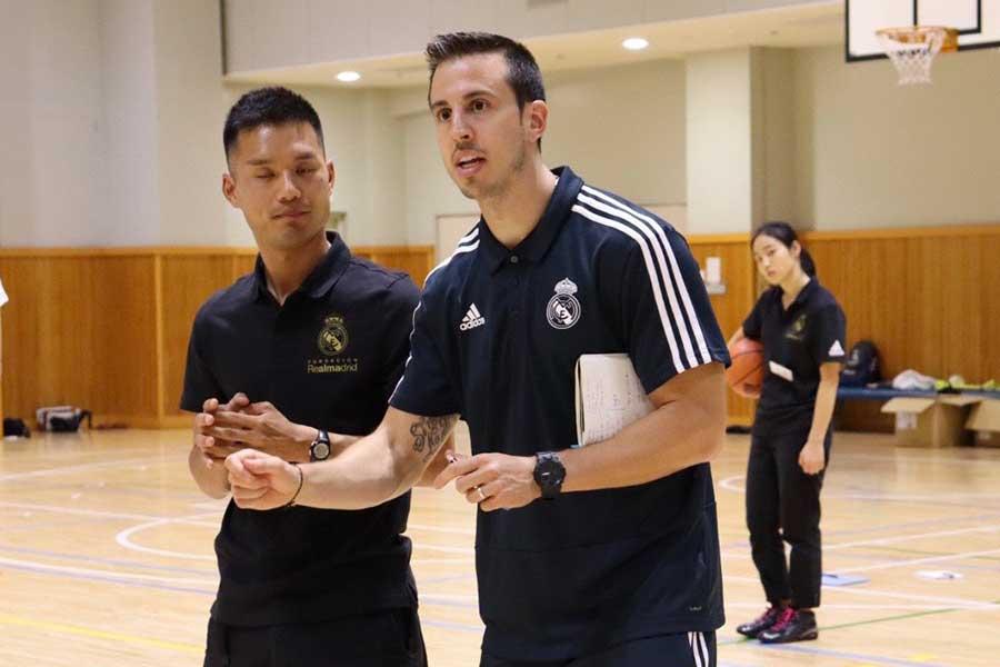 バスケ教室で指導したレアル・マドリードのラバナール氏(右)【写真:編集部】