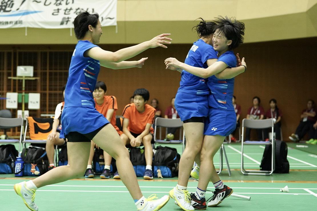優勝を決めたふたば未来学園、染谷(右)にチームメートが抱きつく【写真:荒川祐史】