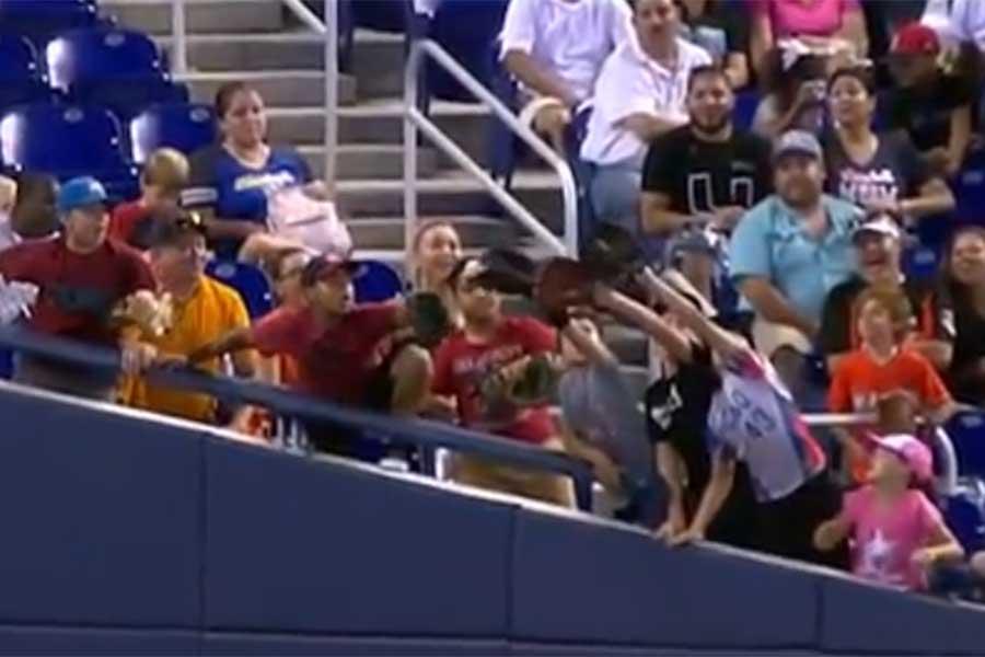 MLBの試合で少年が奇跡のファウル捕球(画像はスクリーンショット)