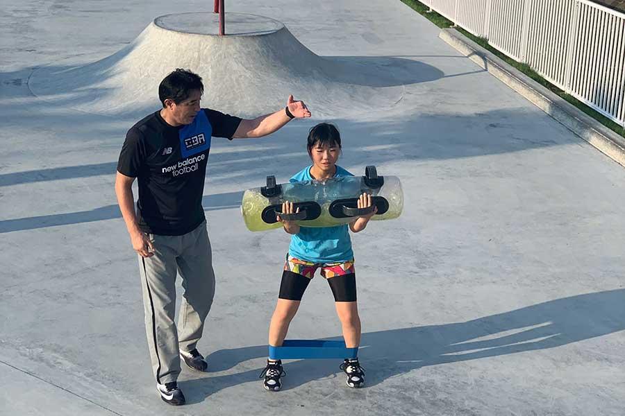 木場氏(左)とともにトレーニングに励む岩渕【写真:KOBAスポーツエンターテイメント】