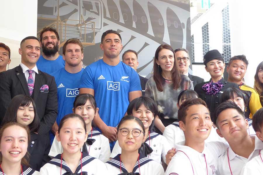 ジャシンダ・アーダン首相(中央右)、オールブラックス3選手が日本の学生と交流【写真:佐藤直子】