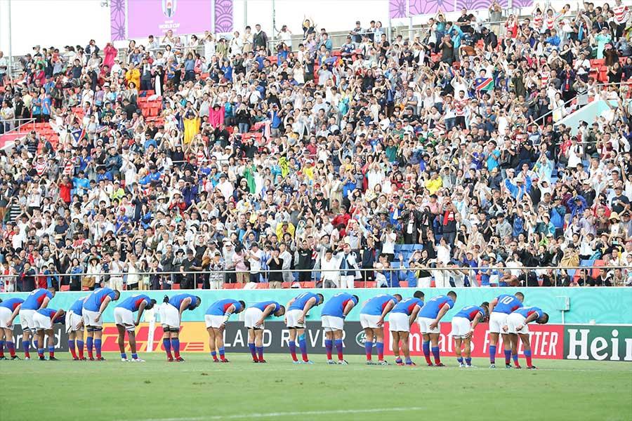 敗戦後、ナミビアは観客へ向かってお辞儀【写真:石倉愛子】