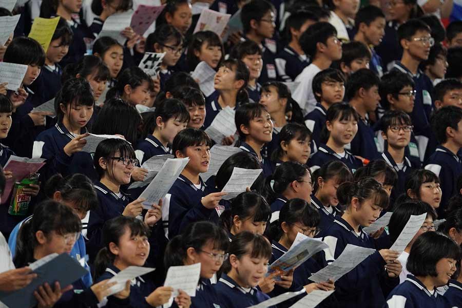 熊谷市内の中学生が両国の国歌を合唱【写真:荒川祐史】