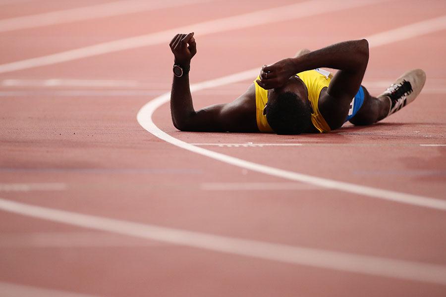 ゴールしてトラックに倒れこむジョナサン・バスビー【写真:Getty Images】