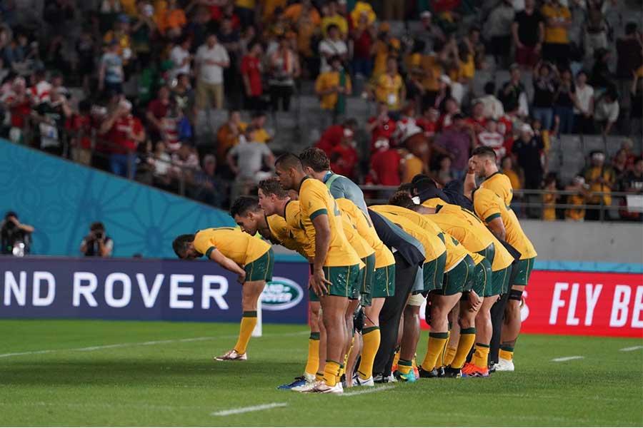 試合後にお辞儀で感謝を示すオーストラリア【写真:荒川祐史】