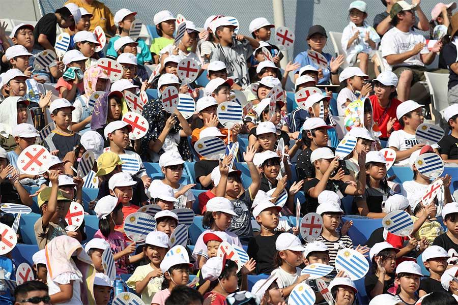 地元小学生たちが試合前に国歌を大熱唱【写真:石倉愛子】