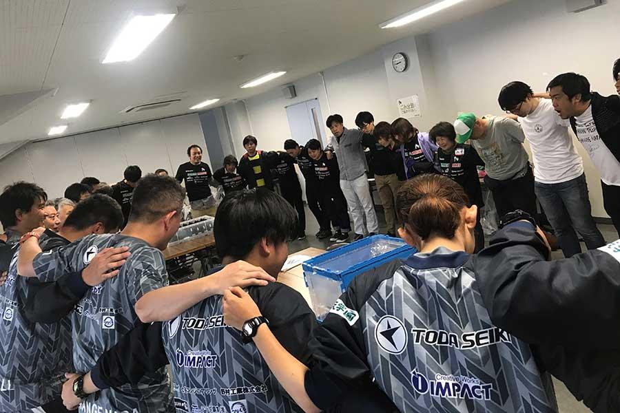 設営開始前にはボランティア、フロントも一緒になって円陣を組む【写真:奈良クラブ】