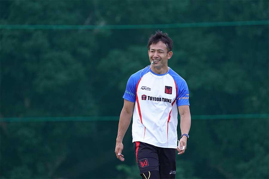 BUラグビーアカデミーで指導する小野澤宏時氏【写真:荒川祐史】