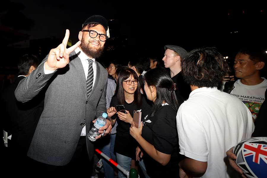 ファンと交流するニュージーランド代表・オールブラックスのアンガス・タアヴァオ(左)【写真:Getty Images】