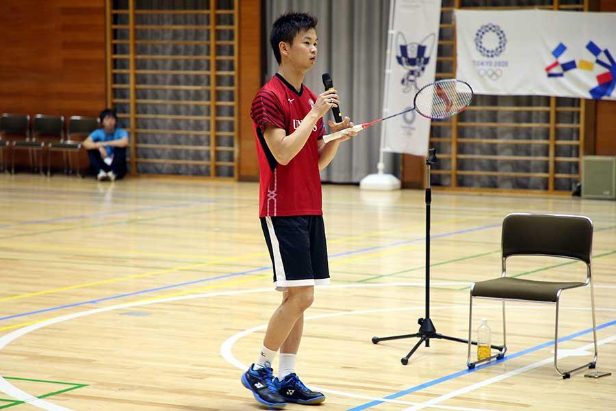 この日契約を発表したリーニンのラケットを手に講演を行う渡辺勇大【写真:平野貴也】