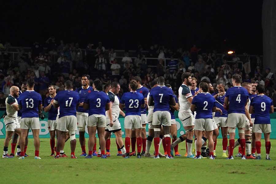 試合後、互いの健闘を讃えるフランスと米国【写真:荒川祐史】