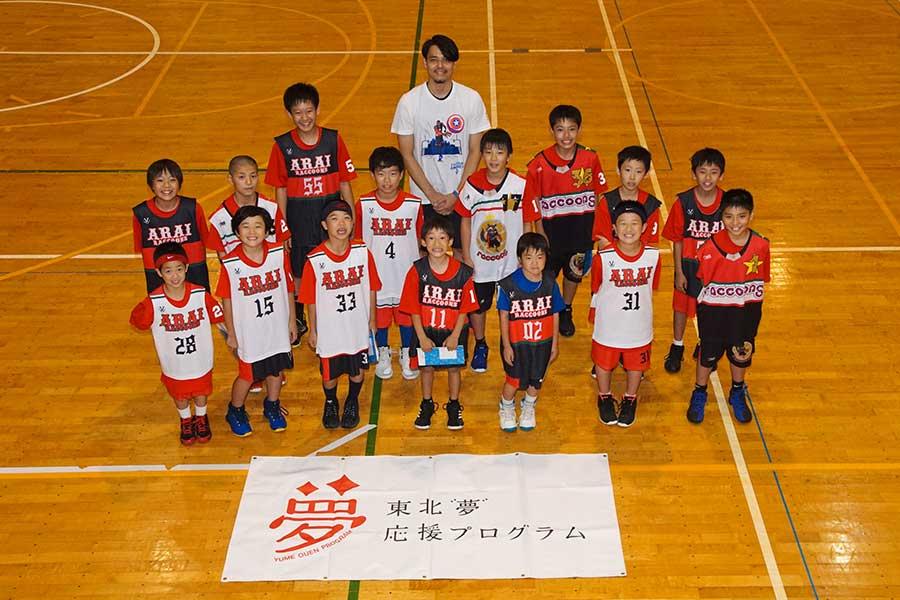 バスケットボールの元日本代表・渡邉拓馬氏と「荒井ミニバスケットボールスポーツ少年団」の子供たち【写真:村上正広】