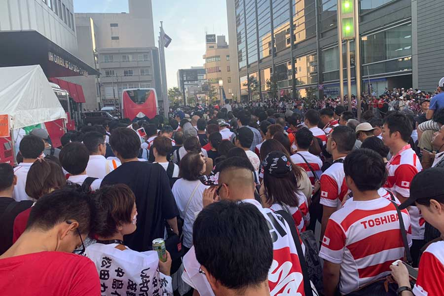選手が宿泊するホテルの前には多くのファンが訪れた【写真:浜田洋平】