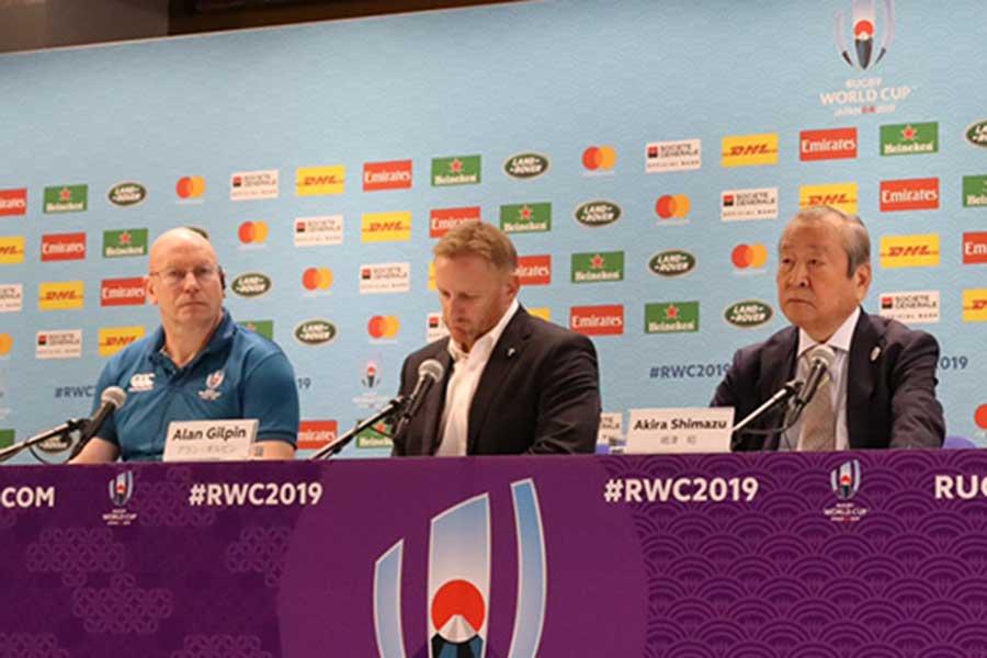 国際統括団体ワールドラグビーのアラン・ギルピン統括責任者(中央)は決断の理由を説明した【写真:浜田洋平】