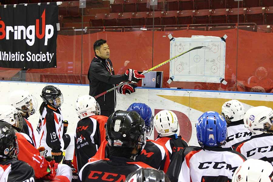鈴木氏は選手と指導者、双方の育成を目指して「BUアイスホッケー・アカデミー」をスタートさせた