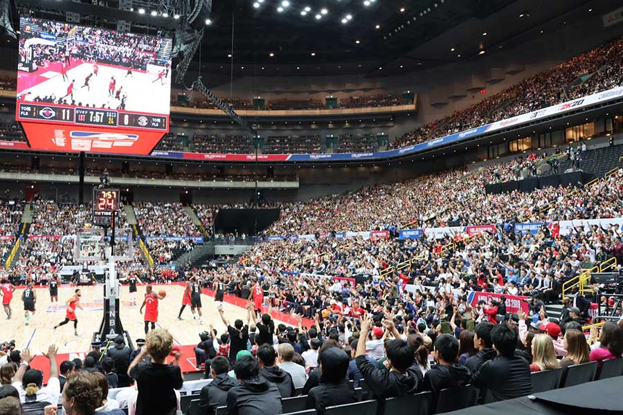 NBAの試合に熱狂する観客席【写真:浜田洋平】