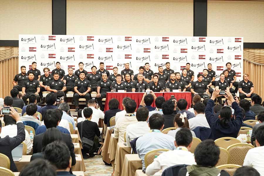記者会見に出席したラグビー・日本代表、報道陣はおよそ200人集まった【写真:荒川祐史】