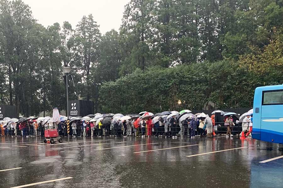 雨天順延が決まりギャラリーは落胆した様子で会場から引き返した【写真:浜田洋平】