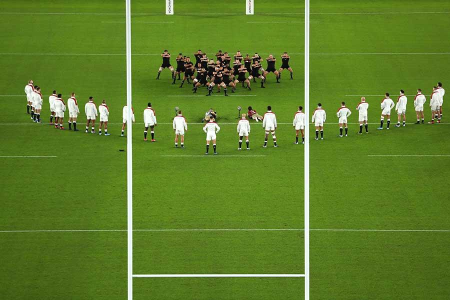 オールブラックス恒例の「ハカ」を取り囲むイングランドの「V字」陣形【写真:Getty Images】