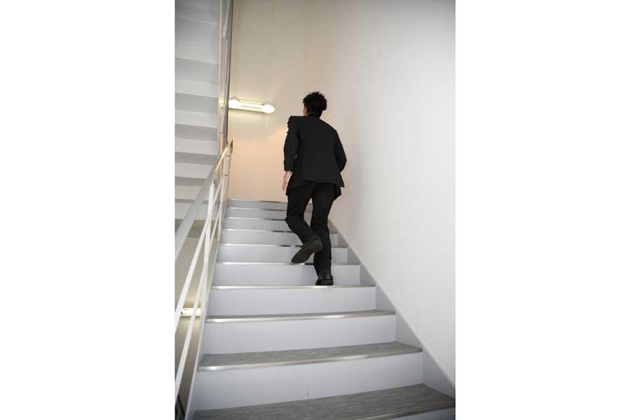 どうすれば楽に階段を上れるのか【写真:写真AC】