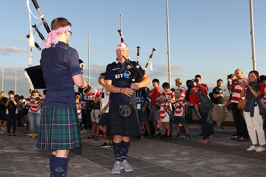 試合前からノーサイド! 日本、スコットランドのファンは楽しげに交流をしていた【写真:石倉愛子】