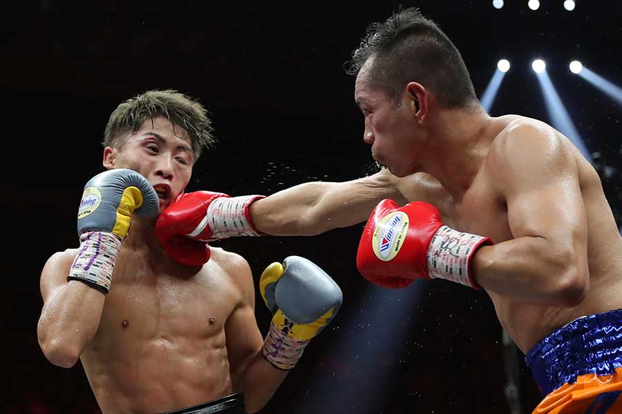 井上尚弥(左)はノニト・ドネアの猛攻に耐え、勝利を掴んだ【写真:AP】