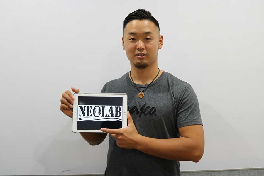 自身が代表を務める「NEOLAB」のロゴを手に米挑戦を振り返った内田聖人【写真:編集部】