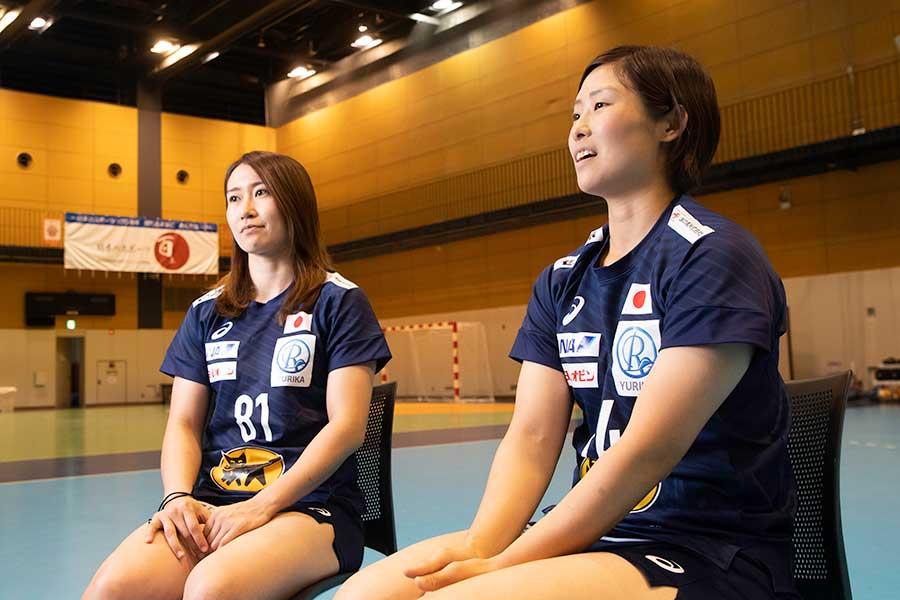 女子ハンドボール日本代表の原希美(右)と石立真悠子【写真:荒川祐史】