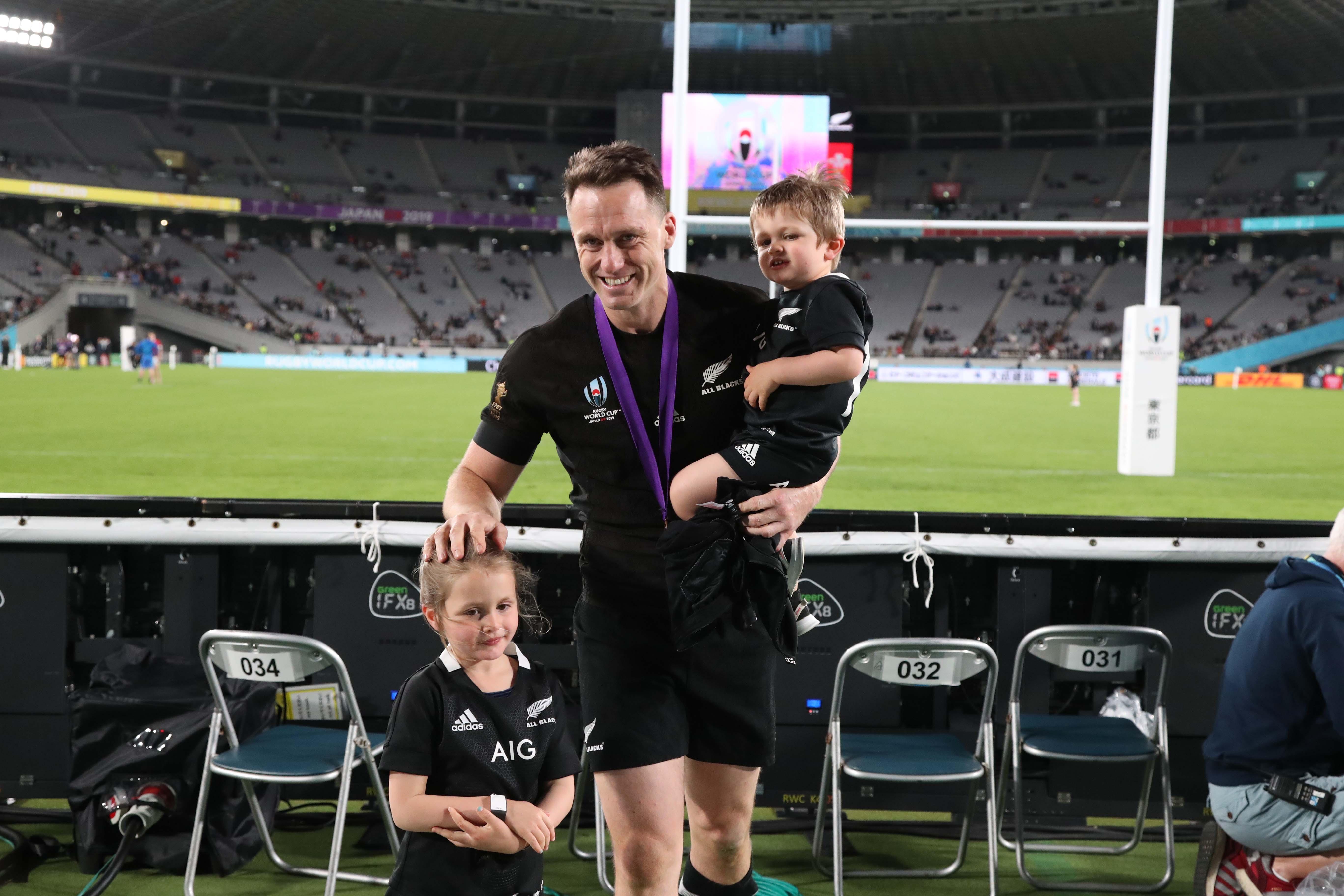 試合後、スミスは子供2人とともにピッチを楽しんだ【写真:石倉愛子】