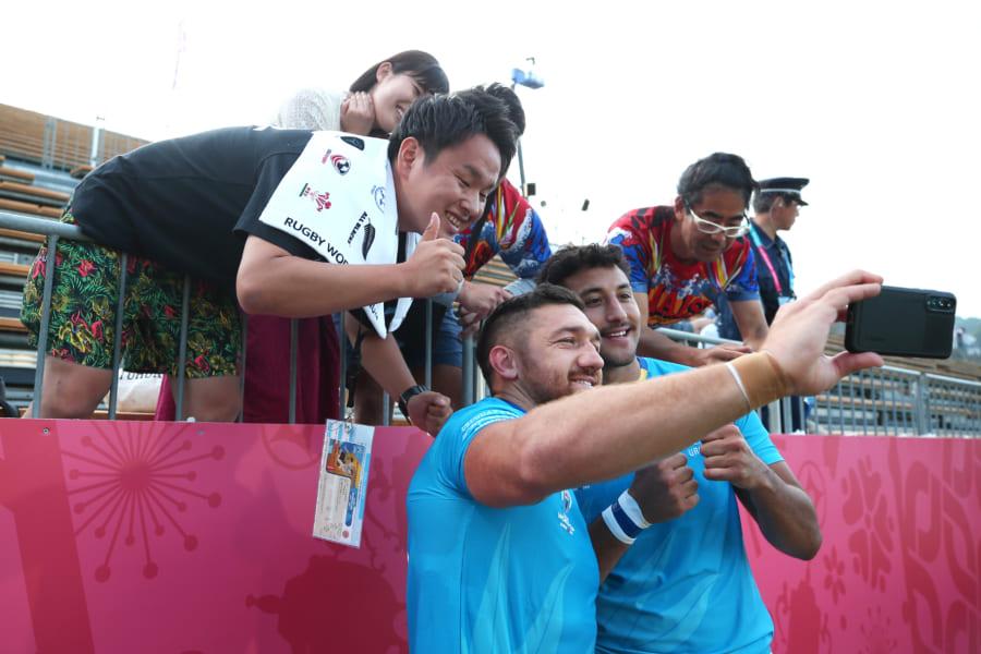 釜石で行われた試合で観客席をバックに自撮りする選手【写真:Getty Images】