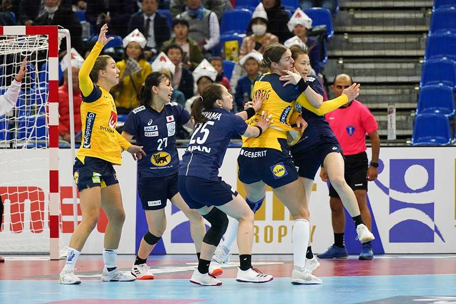 女子ハンドボール日本代表はスウェーデンに敗れた【写真:荒川祐史】