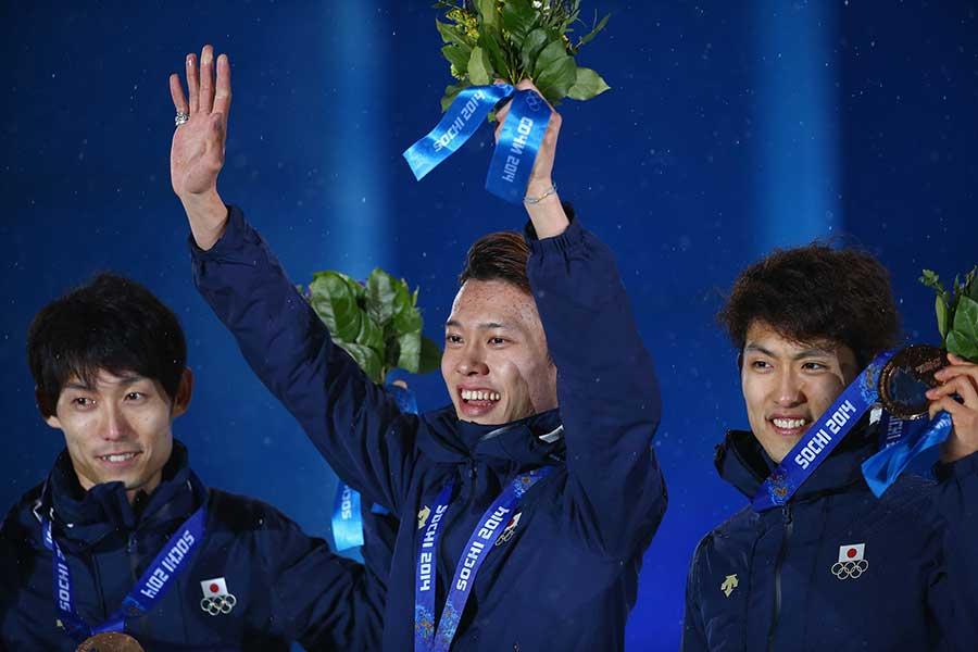 2014年ソチ五輪で銅メダルを獲得したスキージャンプ・竹内択(中央)【写真:Getty Images】