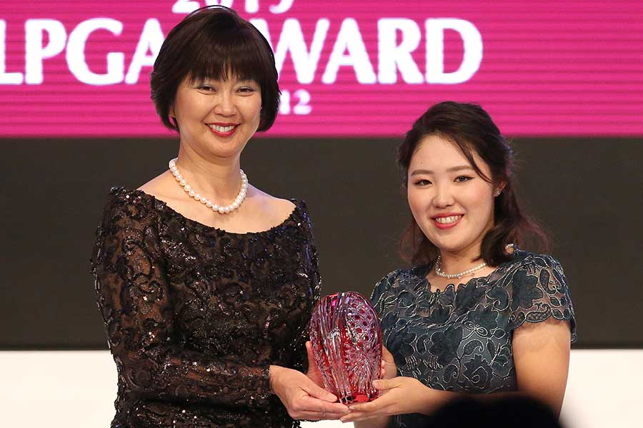 LPGA年間表彰式で敢闘賞を受賞した古江彩佳(右)【写真:小倉元司】