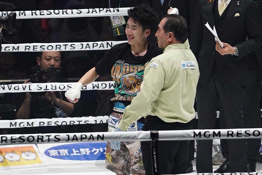 4回TKO勝ちで7度目の防衛に成功した寺地拳四朗【写真:荒川祐史】