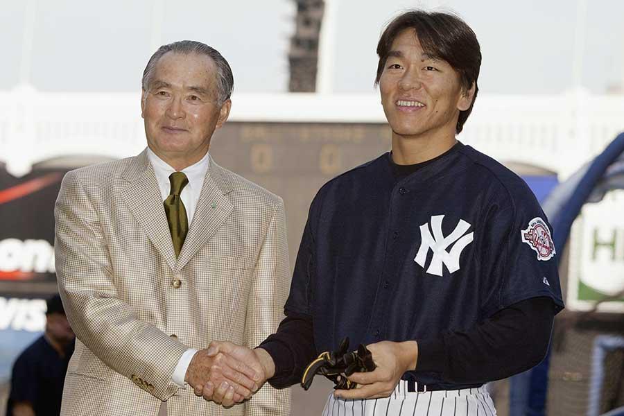 2003年に松井秀喜氏(右)を訪問する長嶋茂雄氏(左)【写真:Getty images】