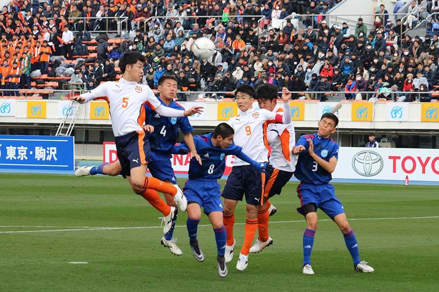 前原(青いユニホーム)は国学院久我山に敗れ、選手権初勝利とはならなかった【写真:宮内宏哉】