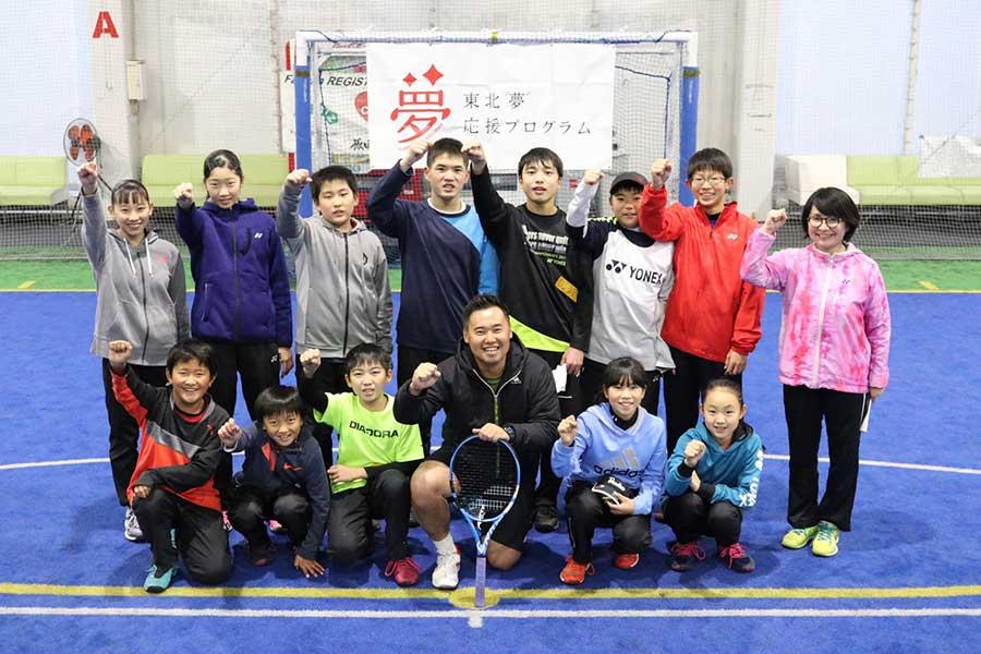 「東北『夢』応援プログラム」で綿貫敬介(中央)は、地元の子供たちに熱血指導【写真:編集部】