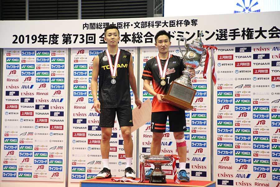 同級生のライバル西本(左)を破って連覇を達成した桃田【写真:平野貴也】