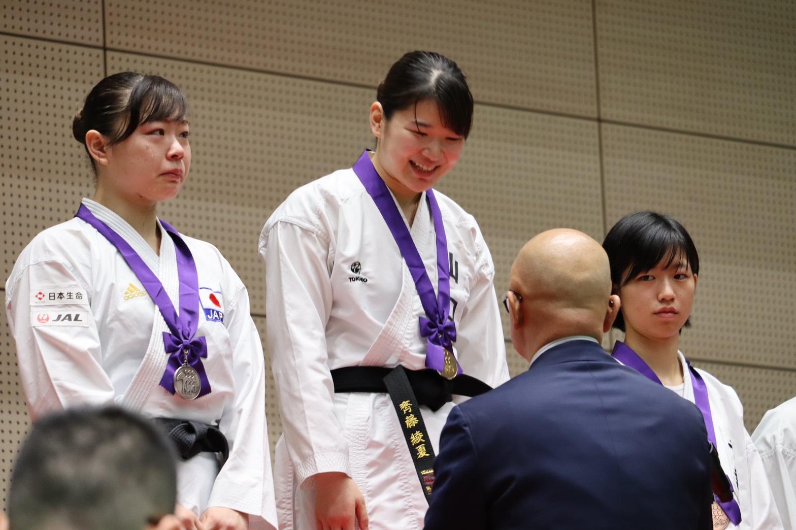 表彰式で笑みを見せる齊藤(中央)【写真:浜田洋平】
