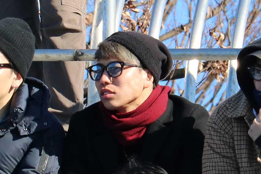 スタンドから母校の試合を見守った浅野拓磨【写真:宮内宏哉】