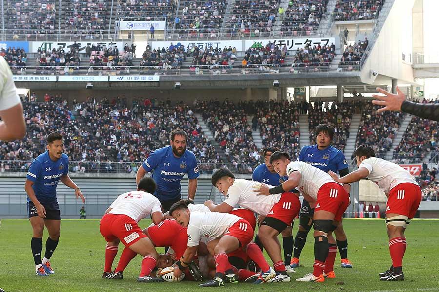 満員の豊田スタジアムでプレーするトヨタ自動車の姫野和樹(前列右から2人目)【写真:小倉元司】