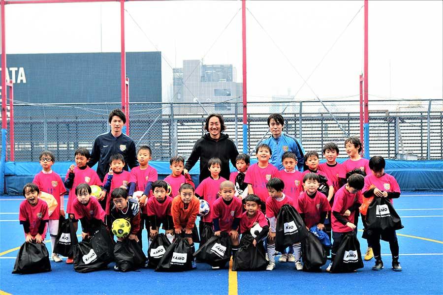 「LUPINUSサッカースクール」の子供たちと馬場憂太さん、石川直宏さん【写真:編集部】