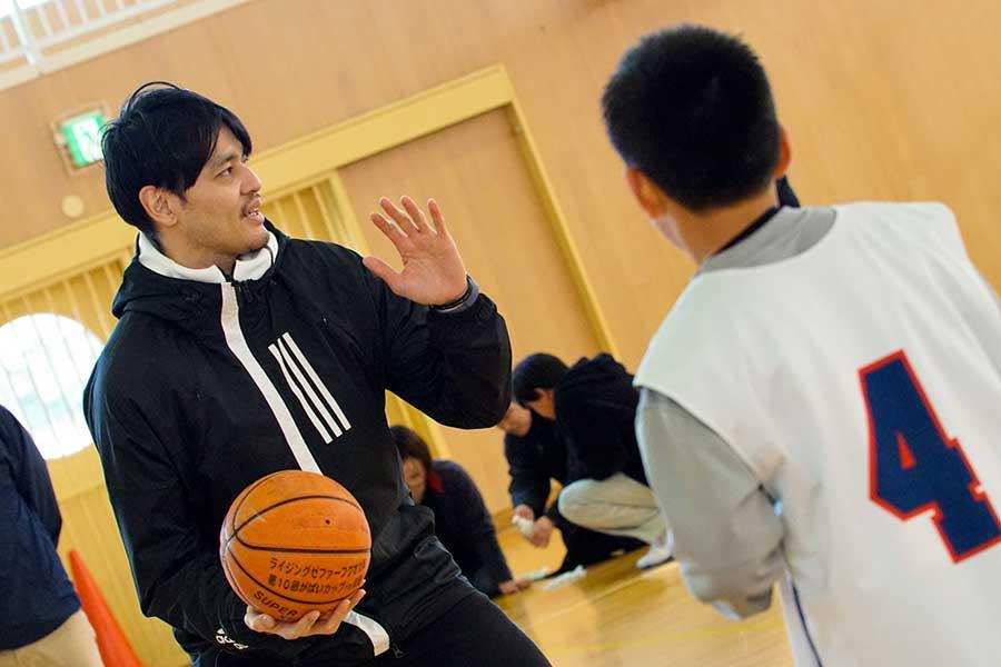 渡邉氏は子供たちが楽しめるように飽きのこない練習メニューを用意していた【写真:村上正広】