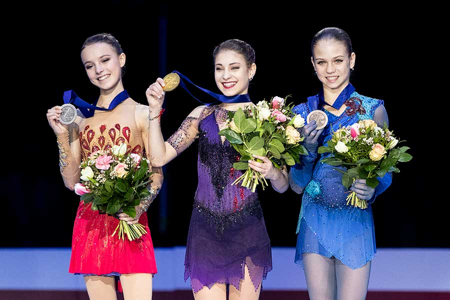 欧州選手権で優勝したアリョーナ・コストルナヤ(中央)、2位のアンナ・シェルバコワ(左)、3位のアレクサンドラ・トルソワ【写真:Getty Images】