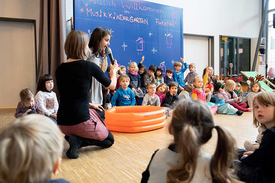 ドイツの保育園での発表会は日本とは随分異なる自由な雰囲気の中で行われる【写真:Getty Images】