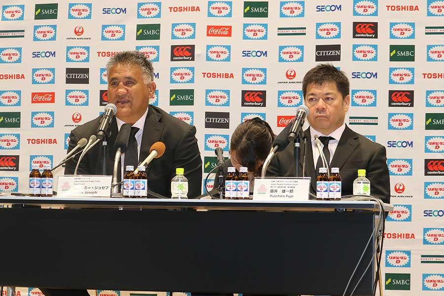 男子15人制日本代表記者会見に出席したジェイミー・ジョセフHC(左)【写真:宮内宏哉】